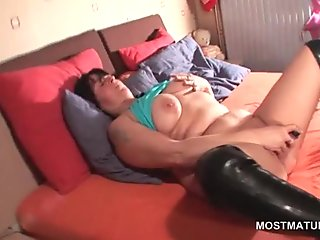 sexy ass brunette has a hot time vibing her pussy
