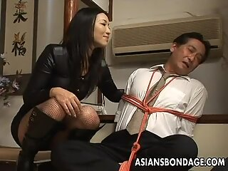 Two very hot Asian floozies share a double ended dildo
